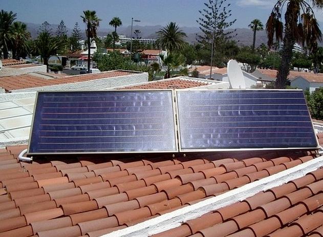 Solaranlage bestehend aus zwei Kollektoren und 300l Warmwasserspeicher im Haus
